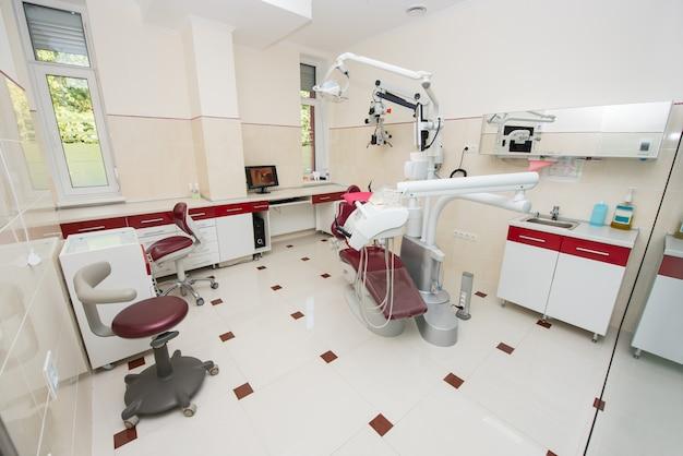 Cirurgia. consultório odontológico com modernas unidades odontológicas