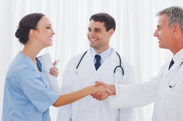 Cirurgião agradecendo ao médico por ajudá-la