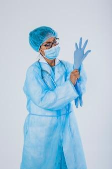 Cirurgião com luvas