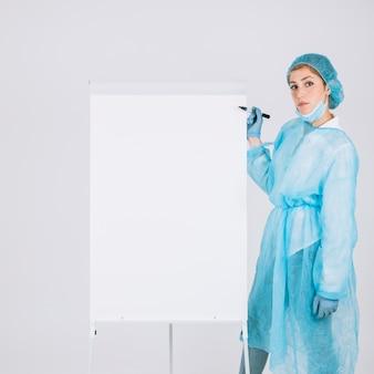 Cirurgião com marcador e quadro branco
