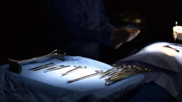 Cirurgião da equipe no trabalho na sala de cirurgia. luz cirúrgica na sala de cirurgia.
