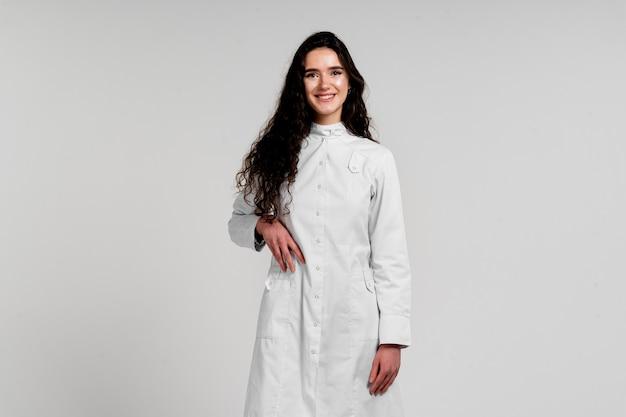 Cirurgião de garota com vestido médico com cabelo encaracolado. 3ª onda de epidemia de covid-19 por coronavírus.