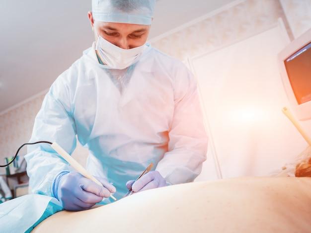 Cirurgião e assistente na sala de cirurgia com equipamento cirúrgico.