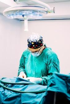 Cirurgião em operação no hospital. conceito de cirurgia.