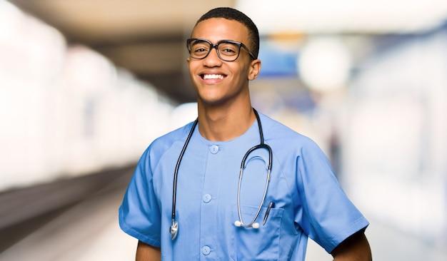 Cirurgião médico homem com óculos e feliz em um hospital