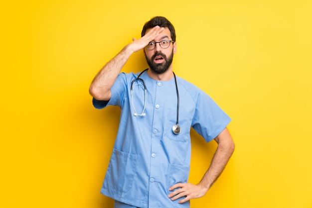 Cirurgião médico homem com surpresa e expressão facial chocada