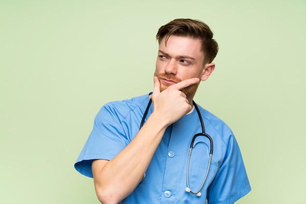 Cirurgião médico homem pensando uma idéia