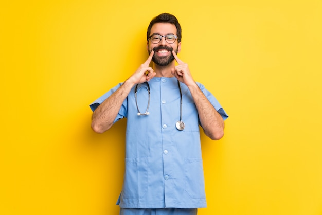 Cirurgião médico homem sorrindo com uma expressão feliz e agradável
