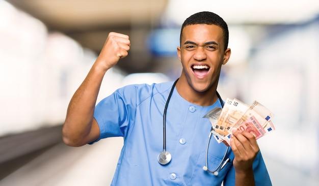 Cirurgião médico homem tomando muito dinheiro em um hospital