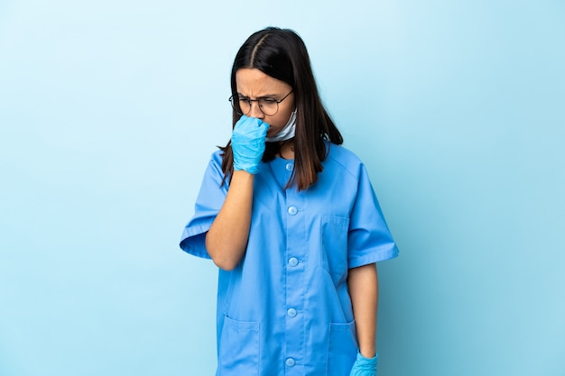 Cirurgião mulher sobre parede azul com dúvidas