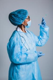 Cirurgião, olhando, seringa