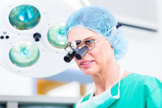 Cirurgião ortopédico com óculos especiais