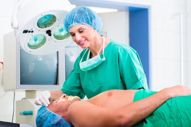 Cirurgião ortopédico operando paciente