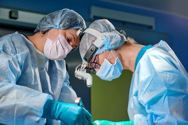 Cirurgião realizando cirurgia plástica na sala de cirurgia do hospital