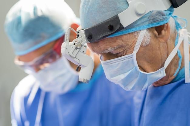 Cirurgião sênior em operação