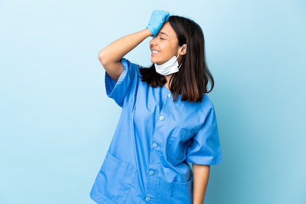 Cirurgião sobre parede azul isolada percebeu algo e pretendia a solução