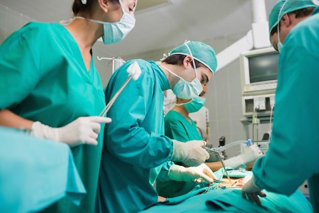 Cirurgião, usando, ferramenta cirúrgica