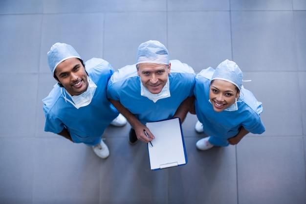 Cirurgiões com laudos médicos