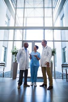 Cirurgiões e enfermeiros interagindo entre si