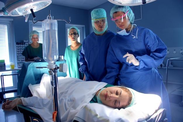 Cirurgiões na sala operativa