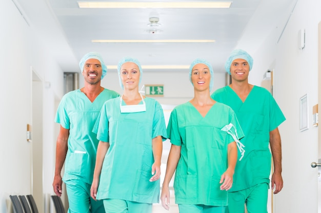 Cirurgiões no hospital ou clínica como equipe