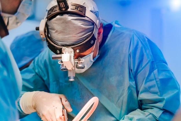 Cirurgiões operam em um paciente