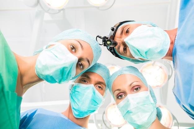 Cirurgiões operando paciente no teatro de operação
