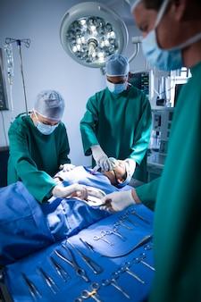 Cirurgiões que executam a operação no teatro de operação