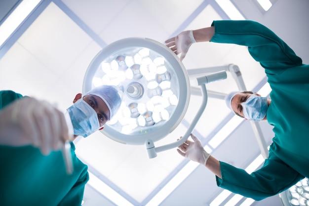 Cirurgiões que operam no teatro de operação