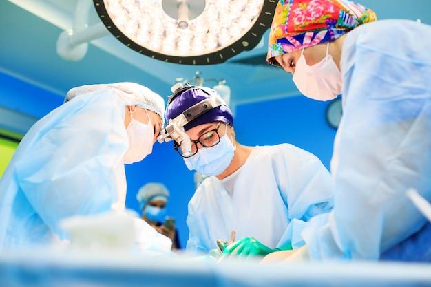 Cirurgiões que operam um paciente na sala de operações