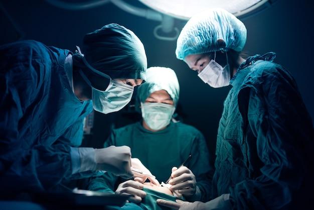 Cirurgiões sérios durante uma cirurgia no hospital