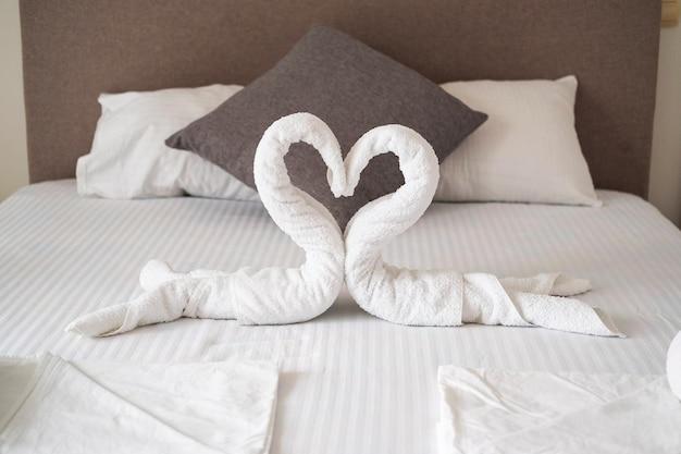 Cisnes da decoração interior do quarto toalha na cama