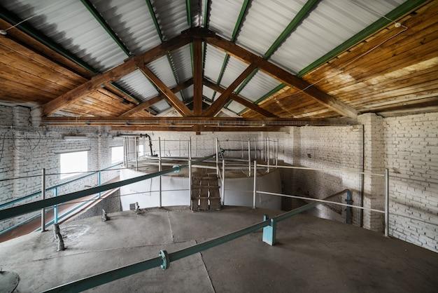 Cisternas metálicas instaladas no interior do edifício. o armazenamento de líquidos.