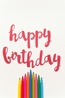 Citação colorida 'feliz aniversário' handdrawing em papel branco