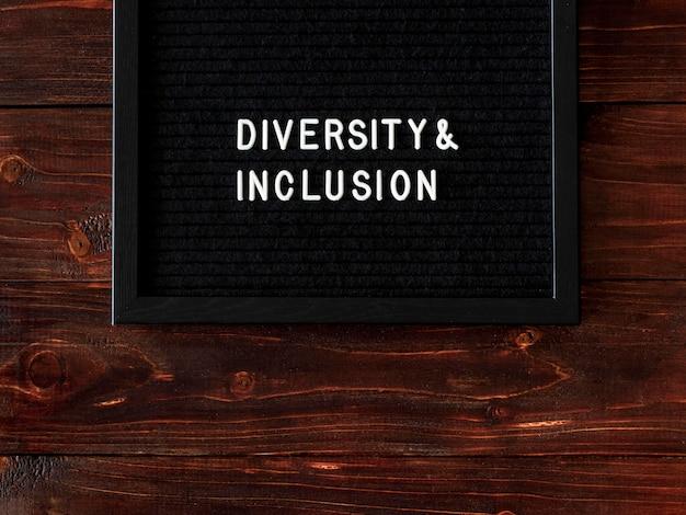 Citação de diversidade e inclusão em tecido preto