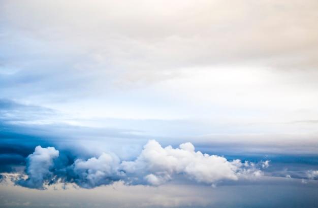 Citação de motivação inspirada conquistar de dentro com um lindo céu azul como pano de fundo