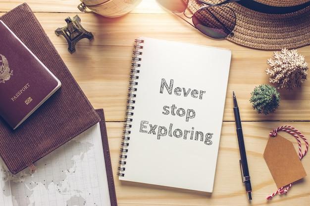 Citação inspiradora inspiradora em caderno e objetos de viagem com filtro vintage