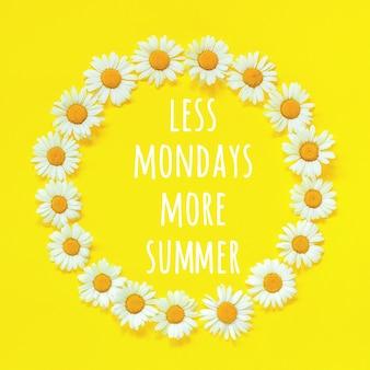 Citação motivacional positiva menos segundas-feiras, mais texto de verão no quadro floral coroa redonda de flores de camomila em fundo amarelo
