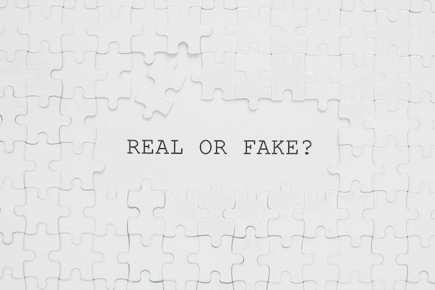 Citação real ou falsa em peças de quebra-cabeça branca