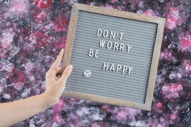 Citações inspiradoras em uma placa de madeira cinza
