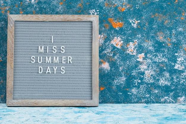 Citações relacionadas ao verão em uma placa rústica.