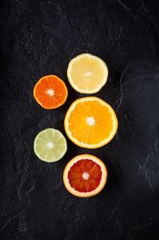 Cítricos maduros frescos fatiados. limão, lima, laranja vermelha e tangerina