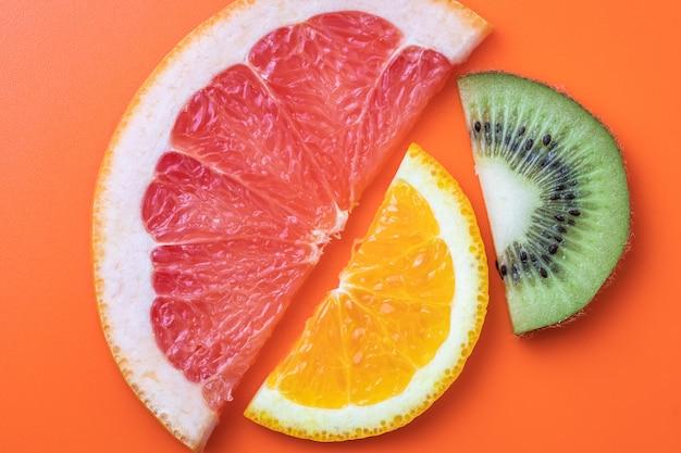 Citrino. fatias de kiwi, laranja e toranja.