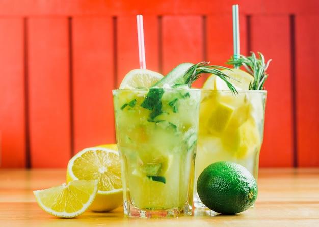 Citrino limonada com gelo e hortelã em uma jarra de vidro