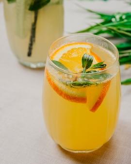 Citrino limonada fatiada laranja com gás água menta vista lateral