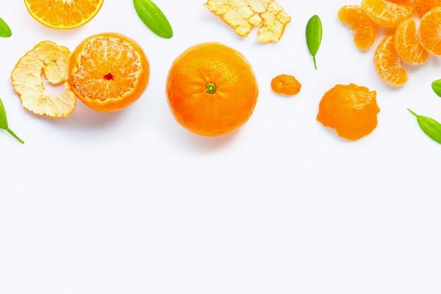 Citrinos alaranjados frescos isolados no fundo branco. suculenta, doce e alta vitamina c.