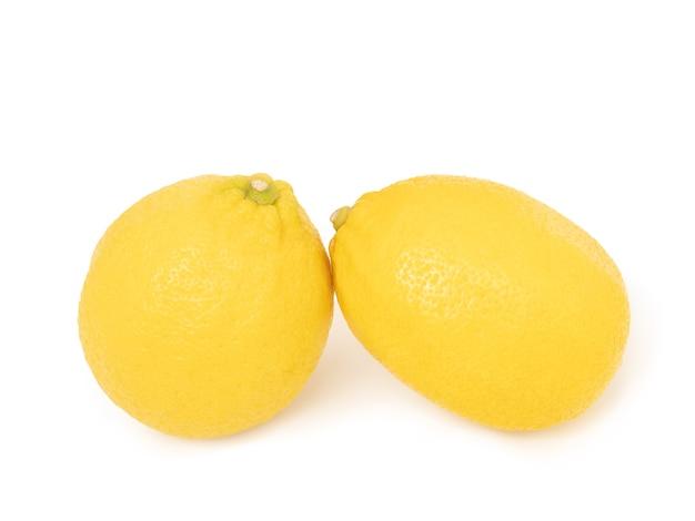 Citrinos de limão amarelo inteiro e meio isolado no fundo branco com traçado de recorte rasgo inteiro de citrinos de limão amarelo isolado no fundo branco com traçado de recorte