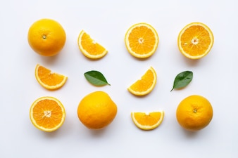 Citrinos frescos de laranja com folhas em branco