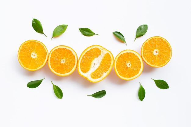 Citrinos frescos de laranja com folhas isoladas no branco