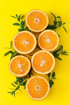 Citrinos laranja frescos com folhas